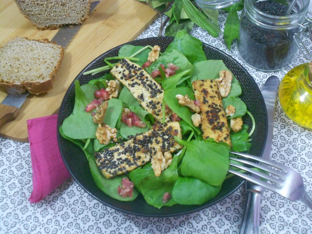 une salade protéinée au tofu
