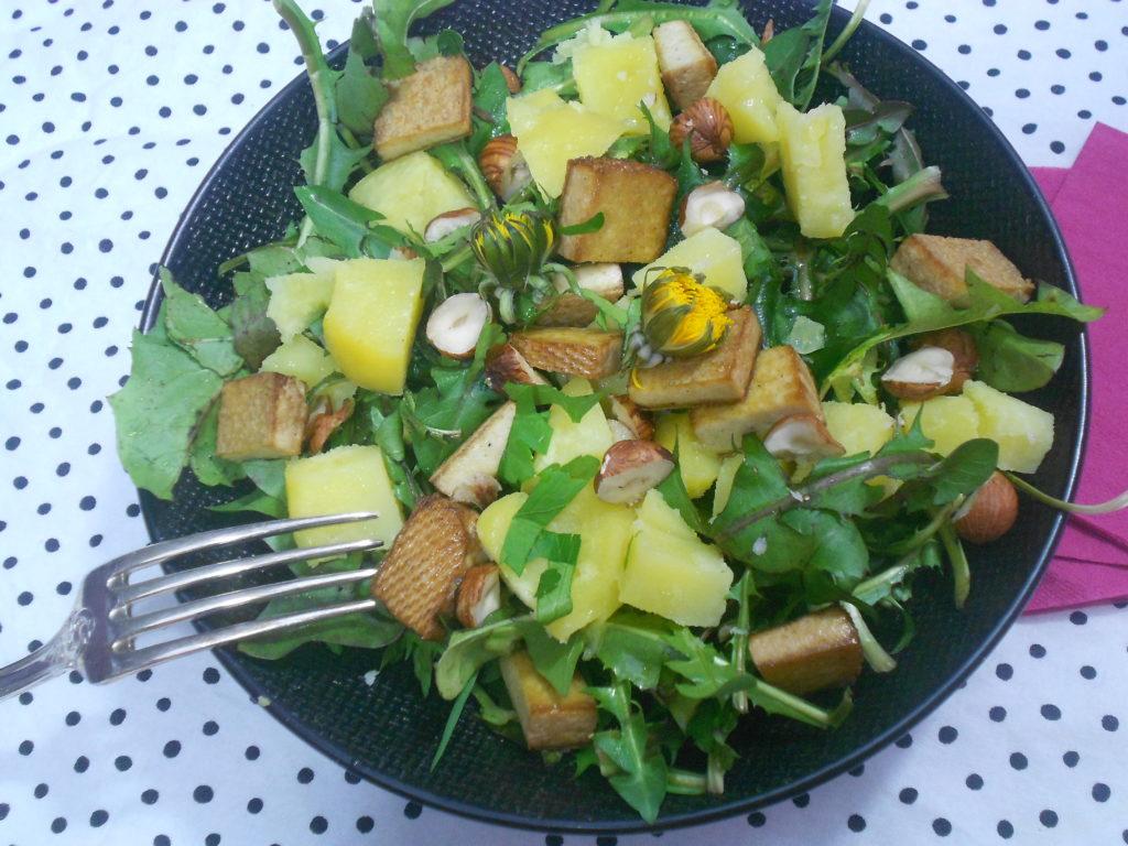 une grande salade de printemps aux pissenlits